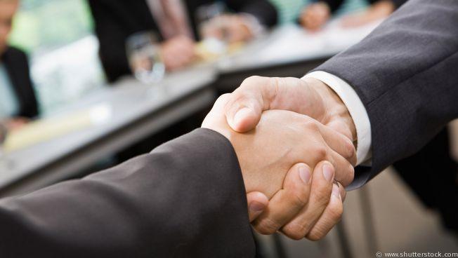 Handschlag zwischen zwei Menschen