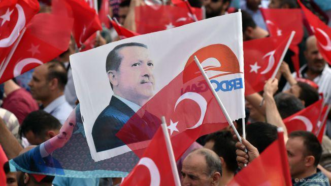 Demonstration mit türkischen Flaggen