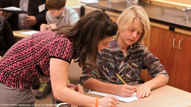 Lehrerin mit Schüler