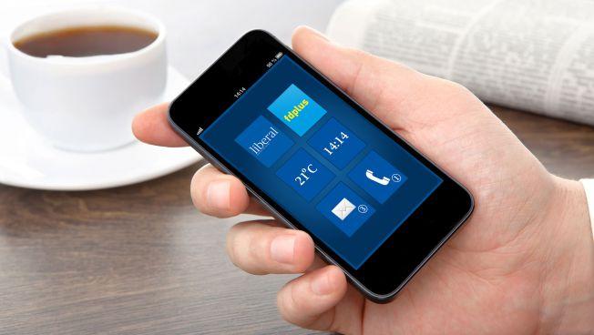 Smartphone in Hand mit liberalen Apps auf dem Display