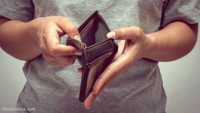 Frau mit leerem Portemonnaie