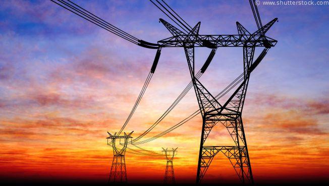 Strommasten vor Himmel
