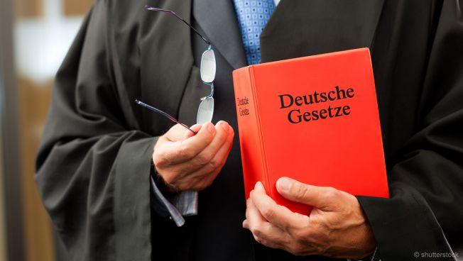 Jurist mit Gesetzbuch