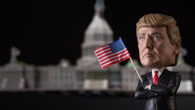 Donald-Trump-Wackelkopfpuppe vor dem Weißen Haus
