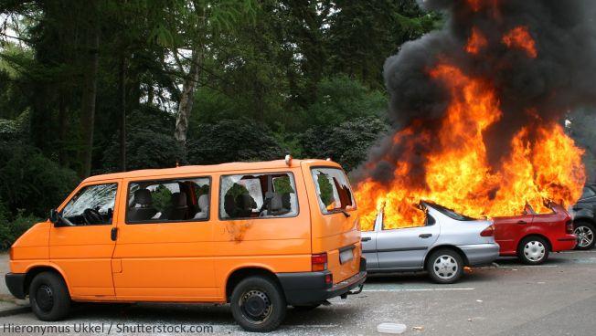 Brennende Autos in Hamburg. Bild: Hieronymus Ukkel / Shutterstock.com