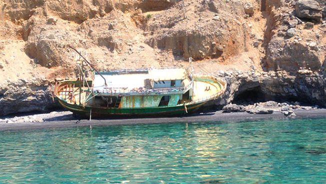 Gestrandetes Flüchtlingsboot auf Kreta