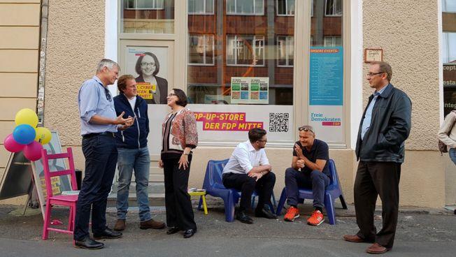 Gespräche vor dem Pop-Up-Store der FDP Berlin-Mitte. Bild: Stefanie Michallek