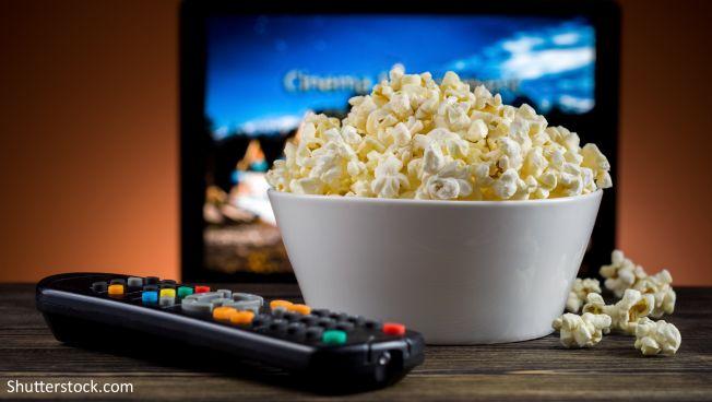 Popcorn vor Fernseher