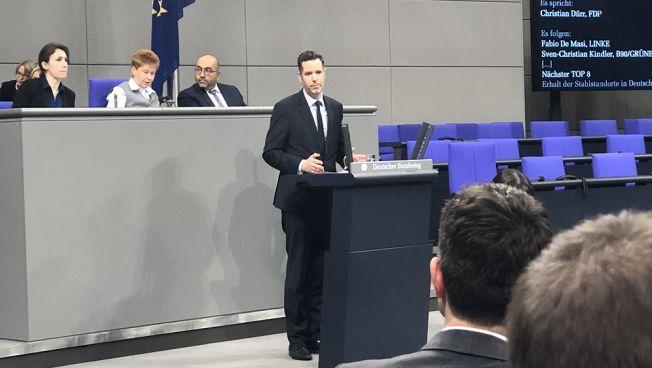 Christian Dürr spricht vor dem Deutschen Bundestag. Bild: twitter.com/franksitta