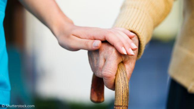 Pflegerin hält Hand