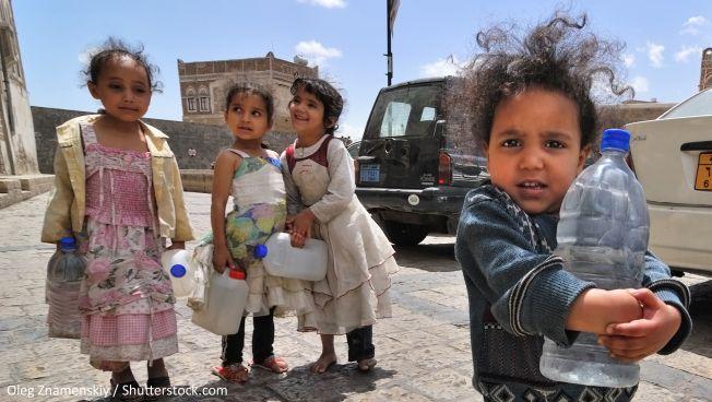 Kinder im Jemen suchen nach Trinkwasser. Symbolbild: Oleg Znamenskiy / Shutterstock.com