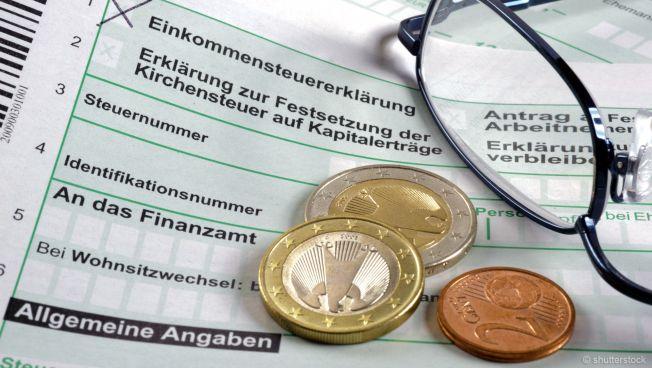 Geldmünzen auf Steuer-Unterlagen