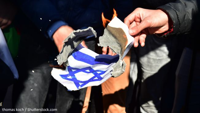 Symbolbild: Ein brennender Davidstern. Copyright: Thomas Koch / Shutterstock.com