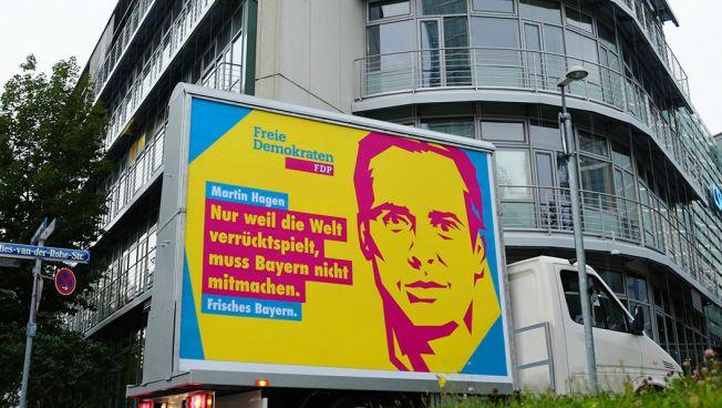 Das neue Wahlplakat der FDP Bayern vor der CSU-Zentrale