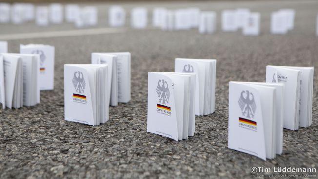 Gegen rechte Hetze: Kopien des Grundgesetzes in Chemnitz. Bild: flickr.com/timlueddemann. CC BY-NC-ND 2.0. creativecommons.org/licenses/by-nc-nd/2.0