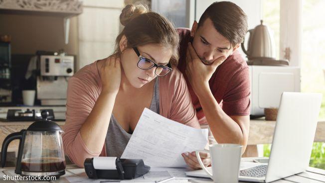 Frau und Mann vor Steuerunterlagen
