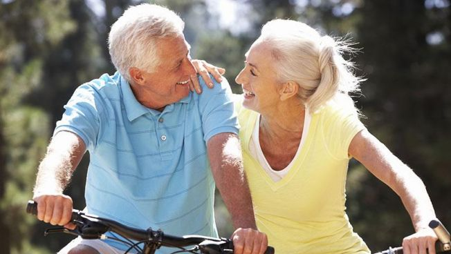 Rentner-Paar auf Fahrrad