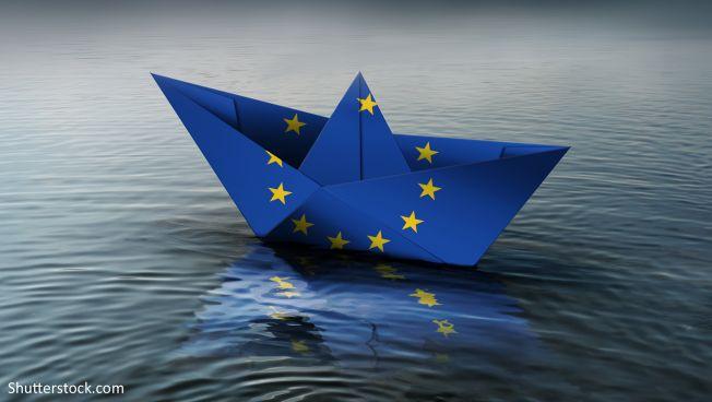 EU-Schiffchen auf Wasser
