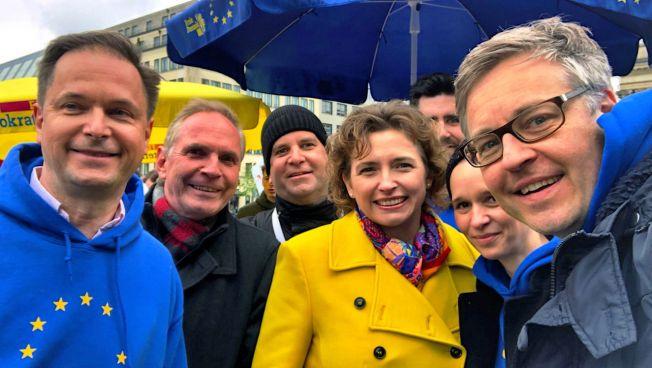 Nicola Beer, Carl Grouwet und ihre Mitstreiter auf der Pulse of Europe-Demo