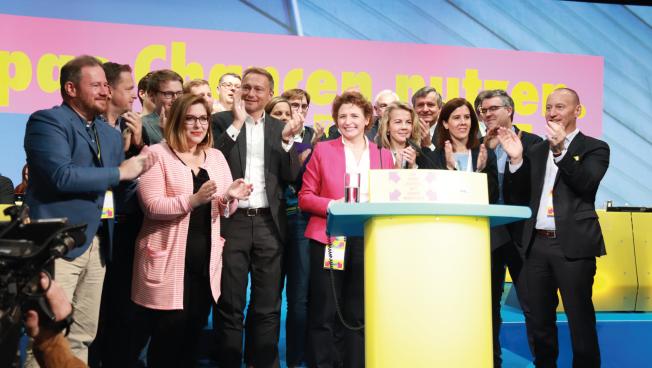 FDP-Spitzenkandidatin Nicola Beer umringt vom neu gewählten Präsidium