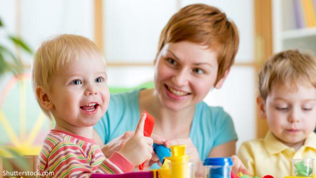 Betreuerin, Kind, Spielzeug