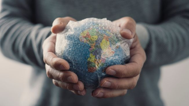 Hände um Globus