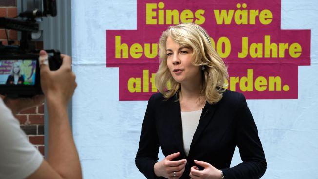 Linda Teuteberg vor einem Scheel-Plakat
