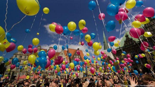 Luftballons steigen in den Himmel