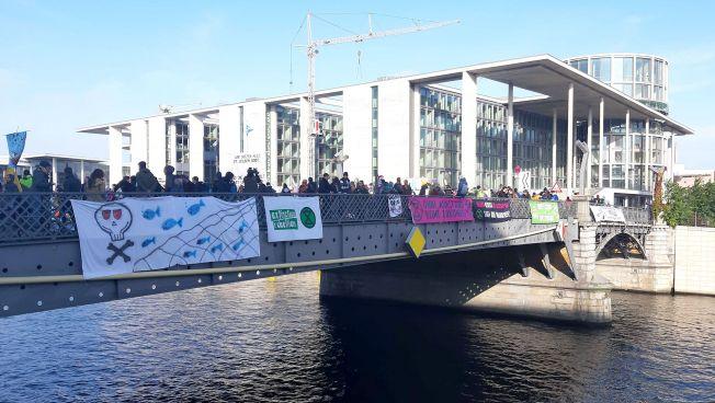 Aktivisten auf der Marschall-Brücke