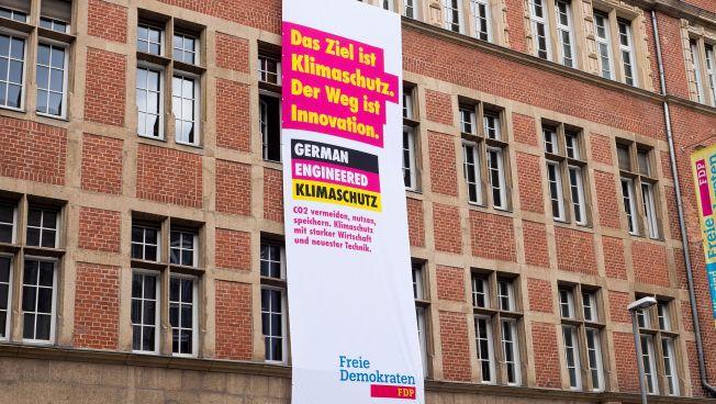 Plakat am Hans-Dietrich-Genscher-Haus