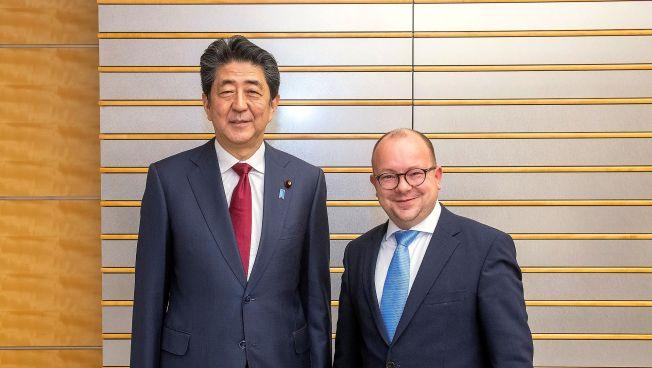 Japans Regierungschef Shinzo Abe und Frank Müller-Rosentritt