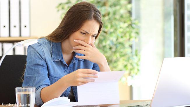 Frau vor Papieren