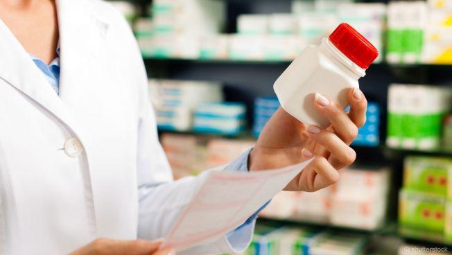Apotheke, Arzneimittel, Apothekerin hält Medikament in der Hand