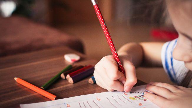 Kind beim Schreiben