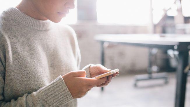 Frau hält ein Smartphone