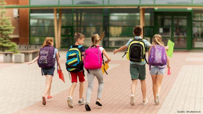Kinder auf dem Weg zur Schule, Rucksäcke