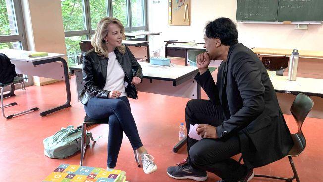 Klassenzimmer, Linda Teuteberg und Cherno Jobatey sitzen auf Stühlen und unterhalten sich