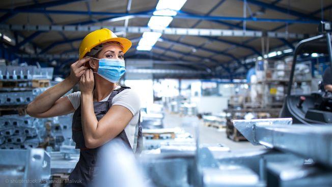 arbeiterin, mundschutz, fabrik