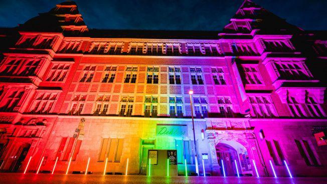 FDP-Bundesgeschäftsstelle in Regenbogen-Beleuchtung