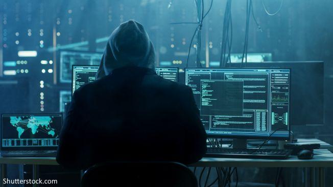 Cybersicherheit: Ein Hacker am Computer