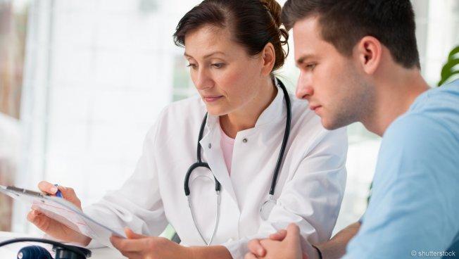 Ärztin mit Patient