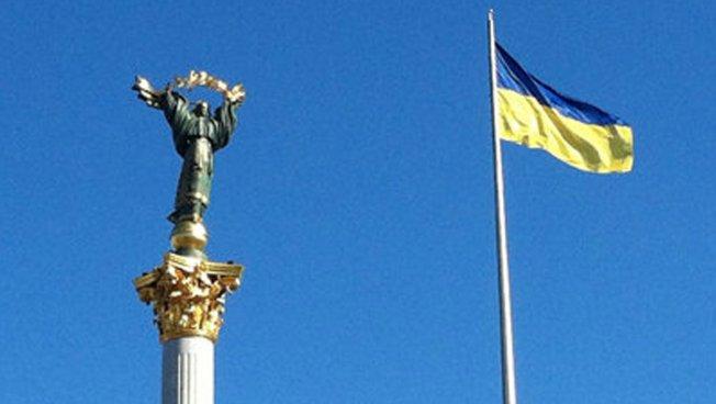 Ukrainische Nationalfahne mit Statue