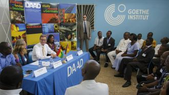 Guido Westerwelle mit DAAD-Alumni