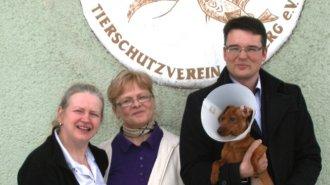 Dackel Pino, Heike Wolff (Stellvertretende Leiterin), Regina Otto (Tierheimleiterin), Benjamin Karabinski (MdL, Stellvertretender Fraktionsvorsitzender)