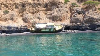 Gestrandetes Boot an der griechischen Küste